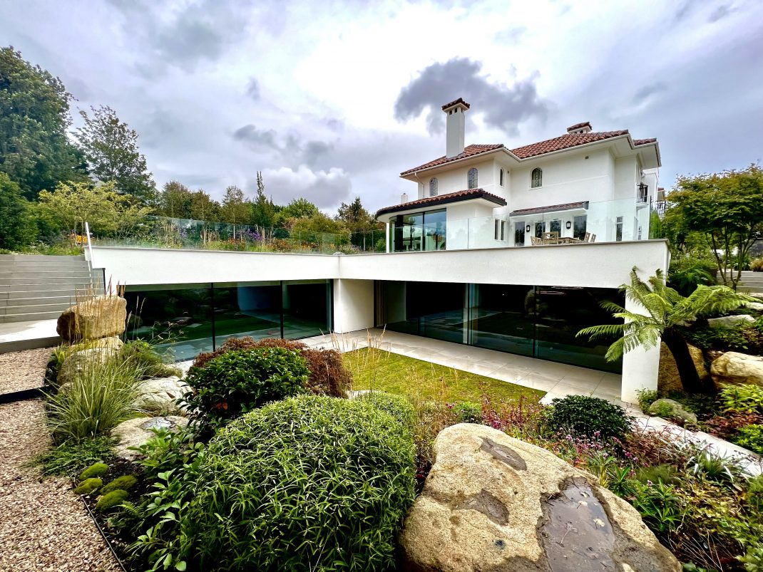 Intelligent lightig control in Spanish home, image shows house from the outside with basement and garden.